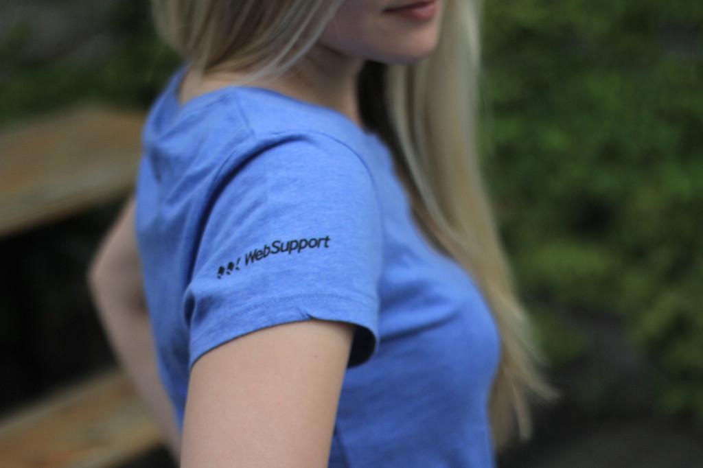 Rukáv trička Websupport s malým logem.